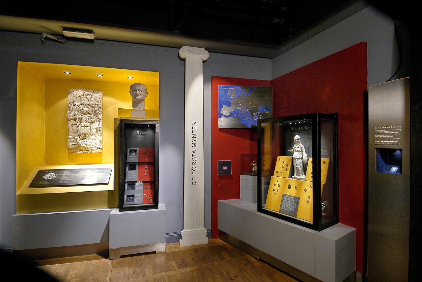 Utställningslokal med olika mynt placerade i montrar