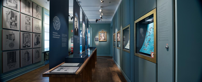 Utställningssal med mynt och medaljer från utställningen samlat i kabinett