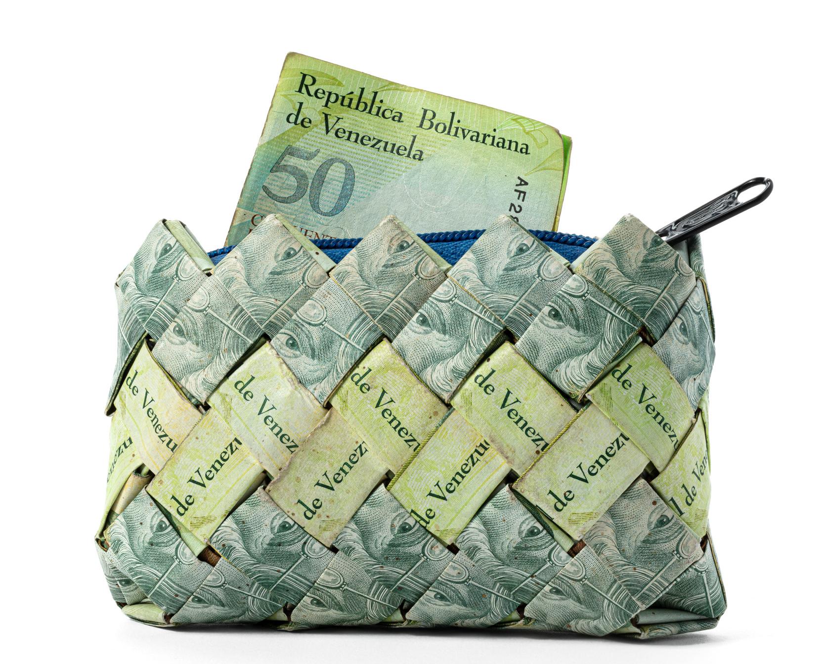 Grön plånbok som är gjord av gröna Venezuelanska pengar